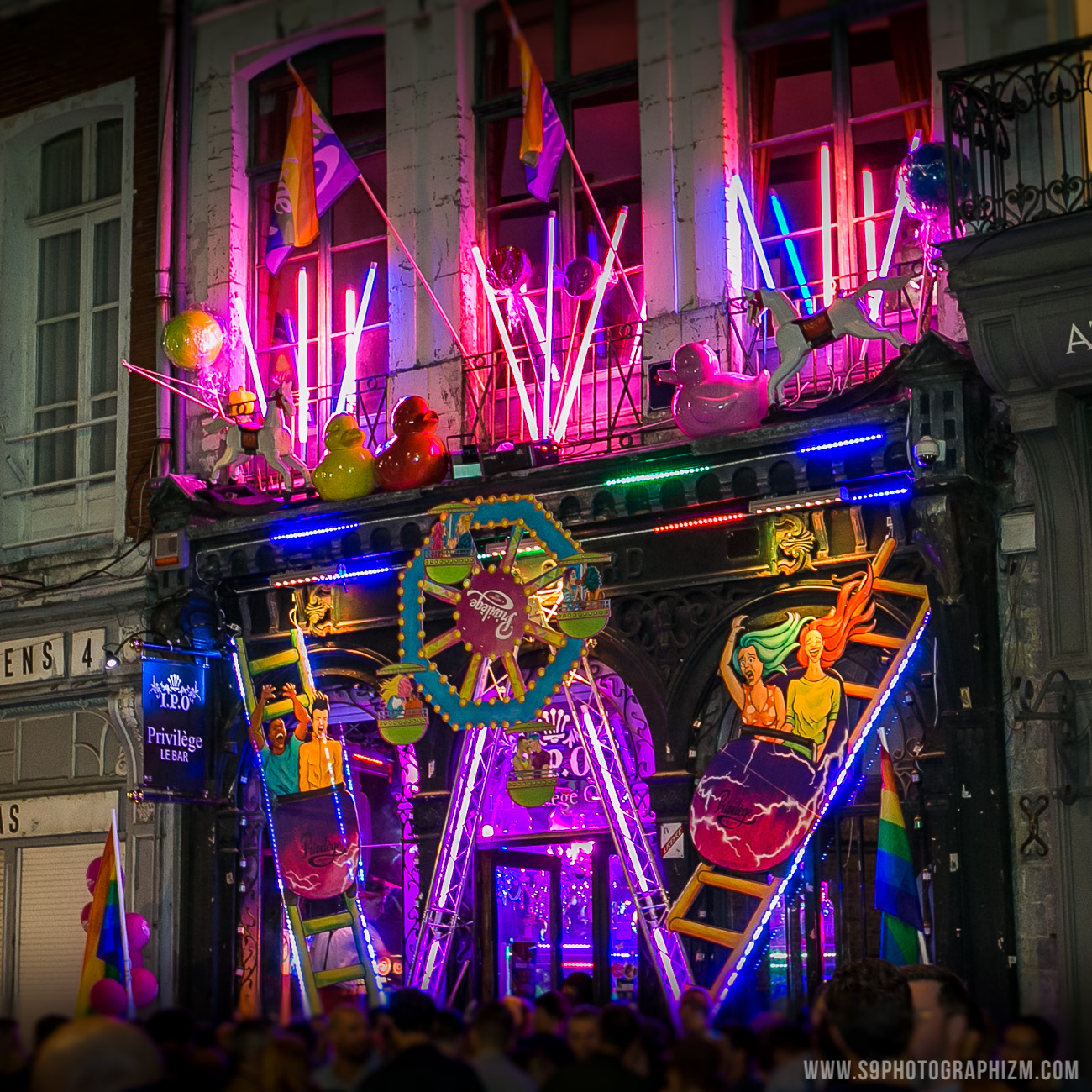 decoration-privilege-gaypride-2018-facade-gaypride lille 2018-privilege bar lille-gay lesbien-décoration-marche des fiertés lille-fiertés-couple mixte-